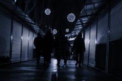 La gente que caminaba abajo de una calle con las tiendas se cerró Fotografía de archivo