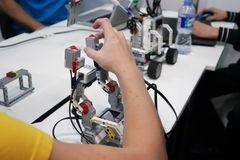 La gente que diseña los robots fotos de archivo