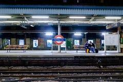 La gente que espera en la plataforma subterráneo del tubo de la barbacana tren llega el 27 de noviembre de 2016 en Londres, Reino Fotos de archivo libres de regalías