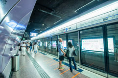 La gente que espera MTR entrena en la estación de la bahía del terraplén Foto de archivo libre de regalías