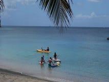 La gente que goza del sol y del mar en una bahía más baja vara, Bequia almacen de video