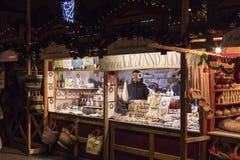 La gente que hace compras en los mercados tradicionales de la Navidad en la paz ajusta Namesti Miru en Praga, República Checa Imágenes de archivo libres de regalías