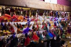 La gente que hace compras en los mercados tradicionales de la Navidad en la paz ajusta Namesti Miru en Praga, República Checa Fotos de archivo