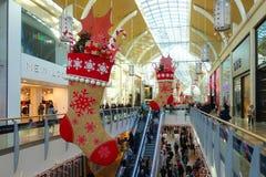 La gente que hace sus compras de la Navidad en St David's centra Cardi Fotografía de archivo