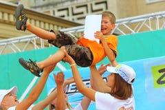 La gente que lanzaba al finalista para arriba en el aire en Bayblade estalló la competencia foto de archivo