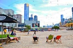 La gente que miente en el deckchair en la federación ajusta en Melbourne Foto de archivo libre de regalías