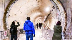 La gente que mira el subterráneo planea de la 5ta línea de Bucarest Foto de archivo libre de regalías