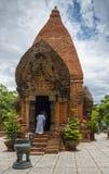 La gente que profesa budismo, va a una de las torres del complejo del templo Imágenes de archivo libres de regalías