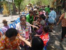 La gente que riega la estatua de Buda el día de Songkran, Fotos de archivo libres de regalías