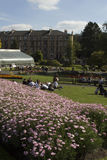 La gente que se relaja en un día soleado en Kelvingrove parquea, Glasgow fotos de archivo