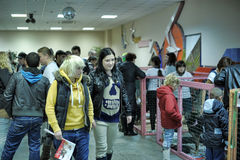 La gente que vino a la mano de la exposición elegir un animal doméstico Foto de archivo libre de regalías