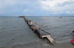 La gente que visita el embarcadero de flotación en Kalamaki vara en Corfú Isl fotografía de archivo