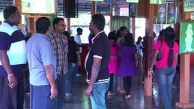 La gente que visita y ruega el templo hindú en Malasia, devotos hindúes almacen de metraje de vídeo