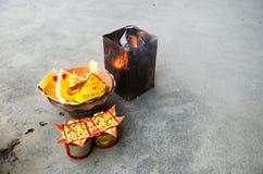 La gente quema el oro de papel del ídolo chino y el papel de plata para la adoración Imagenes de archivo