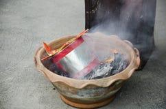 La gente quema el oro de papel del ídolo chino y el papel de plata para la adoración Foto de archivo
