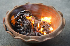 La gente quema el oro de papel del ídolo chino y el papel de plata para la adoración Fotos de archivo