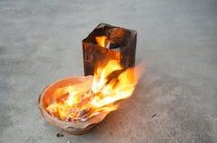 La gente quema el oro de papel del ídolo chino y el papel de plata para la adoración Fotografía de archivo libre de regalías