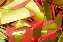 La gente quema el oro de papel del ídolo chino y el papel de plata para la adoración Imágenes de archivo libres de regalías