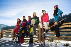 La gente raggruppa con gli amici allegri di Ski Resort Snow Winter Mountain dello snowboard che si siedono quindi sulla conversaz fotografie stock