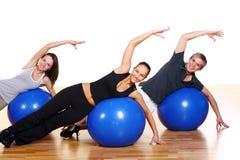 La gente raggruppa fare le esercitazioni di forma fisica Fotografia Stock Libera da Diritti