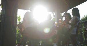 La gente raggruppa il cibo della prima colazione sul terrazzo, amici che comunicano mentre ha pasto all'aperto nella mattina archivi video