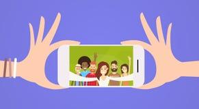La gente raggruppa la presa della foto di Selfie sul telefono cellulare astuto illustrazione di stock