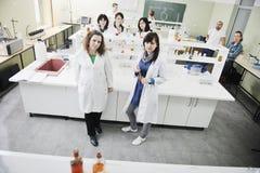 La gente raggruppa in laboratorio Immagine Stock