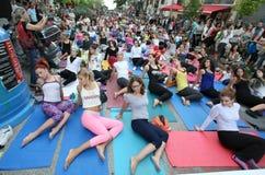 La gente realiza el entrenamiento de la yoga Foto de archivo libre de regalías