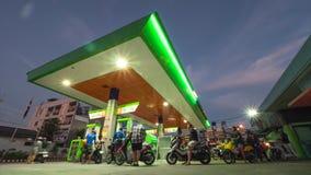 La gente reaprovisiona las motos de combustible en la gasolinera en la noche lapso de tiempo 4K Phuket, Tailandia - 28 de diciemb metrajes