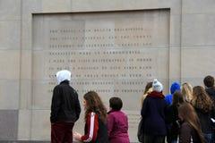 La gente recolectó cerca de la pared grabada fuera del museo conmemorativo del holocausto de Estados Unidos, Washington, DC, 2015 Fotos de archivo libres de regalías