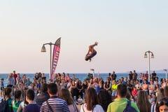 La gente recolectó para la celebración y la demostración de final de año de la gimnasia en costa de la ciudad de Heraklion imagen de archivo libre de regalías
