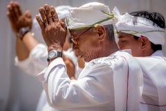 La gente recolecta para la ceremonia de inauguración de un nuevo templo hindú Foto de archivo libre de regalías