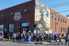 La gente recolecta por el mural en eso dice a fascistas de las matanzas de esta máquina en Woody Guthrie Center en marzo para muj Imagen de archivo libre de regalías