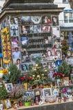 La gente recuerda a Michael Jackson con las tarjetas y las letras en el st Foto de archivo libre de regalías