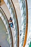 La gente relaja y disfruta de las compras Fotografía de archivo libre de regalías