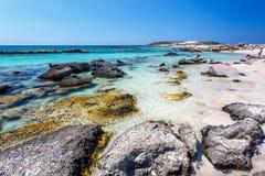 La gente relajante cerca de la orilla en Elafonisi vara crete Grecia imagen de archivo libre de regalías