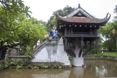La gente rende l'omaggio all'una pagoda della colonna Fotografia Stock