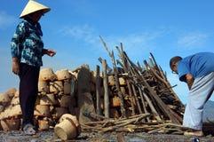 la gente repara para quemar la cerámica en la tierra. PHAN  fotos de archivo