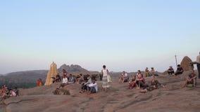 La gente resuelve la puesta del sol en la India almacen de metraje de vídeo