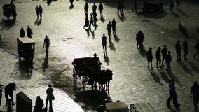 La gente in retroilluminato, quadrato del mercato di EL-Fna di Jemaa, Marrakesh archivi video