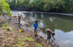 La gente ricava l'acqua da Mago River alle bottiglie Valle di Omo Et Fotografia Stock