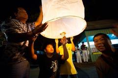La gente rilascia le lanterne del cielo durante le celebrazioni dell'nuovo anno Immagine Stock