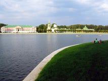 La gente riposa su un'erba verde nel parco di Kuskovo a Mosca Fotografie Stock