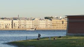 La gente riposa su una costa di Peter e di Paul Fortress di estate - St Petersburg, Russia stock footage