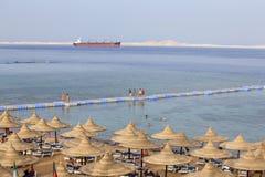 La gente riposa sulla spiaggia vicino al Mar Rosso nell'hotel di località di soggiorno, Sharm el-Sheikh, Egitto immagini stock