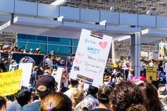 La gente riunita davanti al San Jose City Hall per le famiglie del ` appartiene insieme raduno del ` immagine stock