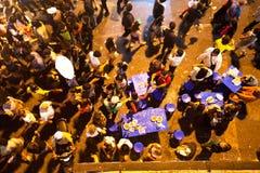 La gente riunita nel centro urbano sul conto alla rovescia durante le celebrazioni dell'nuovo anno Fotografia Stock