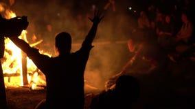 La gente ruega cerca de un fuego holiday almacen de metraje de vídeo