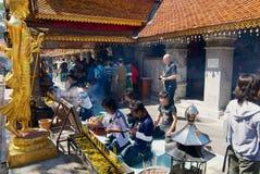 La gente ruega en Wat Phra That Doi Suthep, templo budista en Chiang Mai, Tailandia imagen de archivo libre de regalías