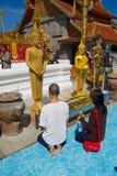La gente ruega en Wat Phra That Doi Suthep, templo budista en Chiang Mai, Tailandia foto de archivo libre de regalías